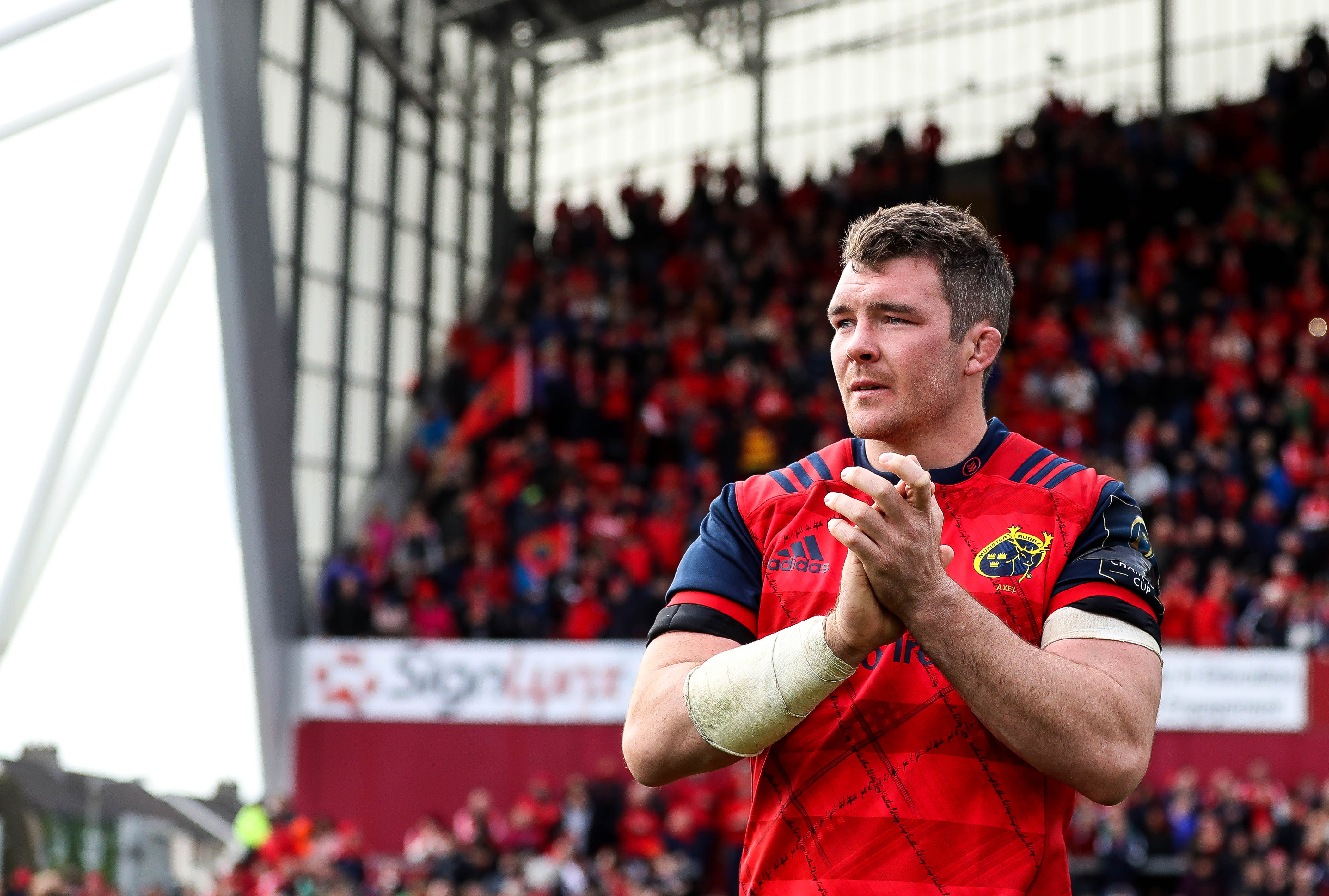 Peter O'Mahony applauds the crowd as he leaves the pitch 22/10//2016