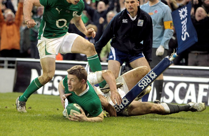 Brian O'Driscoll scores for Ireland against England at the 2011 RBS 6 Nations