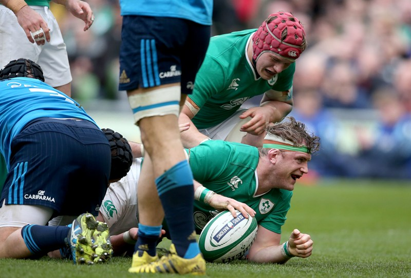 Jamie Heaslip scores for Ireland against Italy at the 2016 RBS 6 Nations