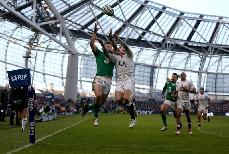 Robbie Henshaw scores for Ireland against England at the 2015 RBS 6 Nations