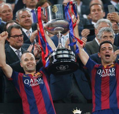 Football - Athletic Bilbao v FC Barcelona - Spanish King's Cup Final - Nou Camp - Barcelona, Spain - 30/5/15  Barcelona's Andres Iniesta and Xavi lift the trophy after winning the Spanish King's Cup Final   Reuters / Albert Gea