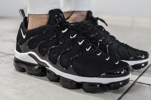 black and white nike vapormax plus trainers
