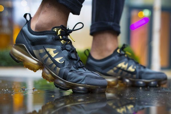 black and gold nike vapormax trainers